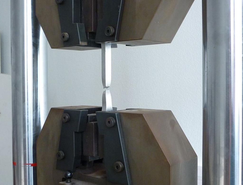 Essai de traction sur un échantillon métallique