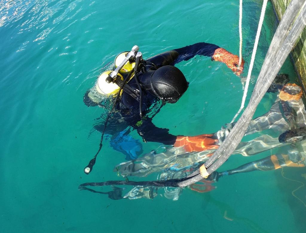 Carottage en milieu aquatique réalisé par des plongeurs